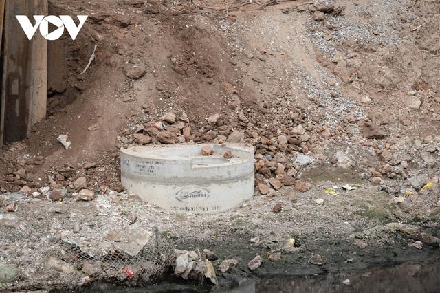 Cận cảnh lắp đặt hệ thống cống thu gom nước thải dọc sông Tô Lịch  - Ảnh 10.