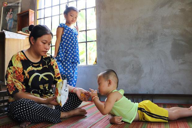 Chồng bỏ, người mẹ trẻ ôm 2 con khờ cầu cứu: Em chỉ ước con mình được chữa bệnh - Ảnh 1.