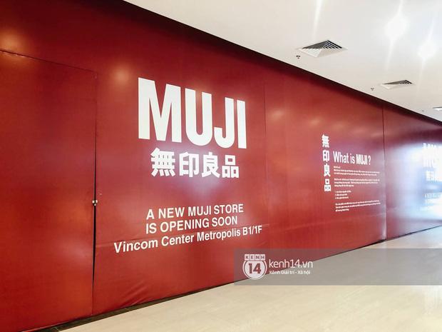 Hot: MUJI âm thầm căng bạt đỏ tại Vincom Center Metropolis, ngày khai trương tại Hà Nội chẳng còn xa - Ảnh 1.