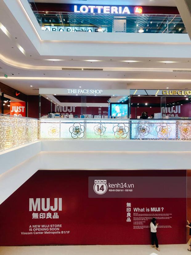 Hot: MUJI âm thầm căng bạt đỏ tại Vincom Center Metropolis, ngày khai trương tại Hà Nội chẳng còn xa - Ảnh 2.