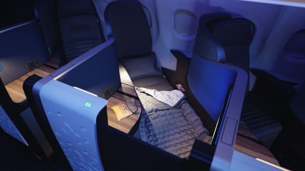 Ghế máy bay biến thành giường ngủ siêu to khổng lồ trên bầu trời - Ảnh 3.