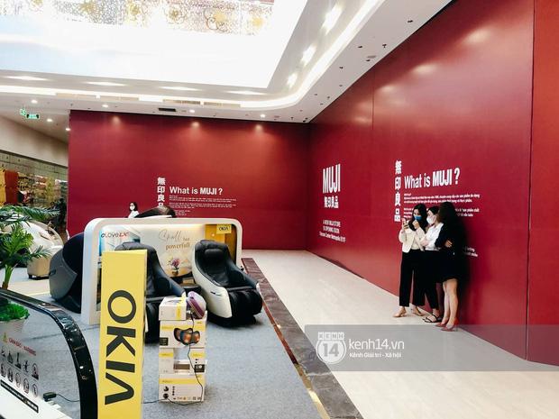 Hot: MUJI âm thầm căng bạt đỏ tại Vincom Center Metropolis, ngày khai trương tại Hà Nội chẳng còn xa - Ảnh 3.