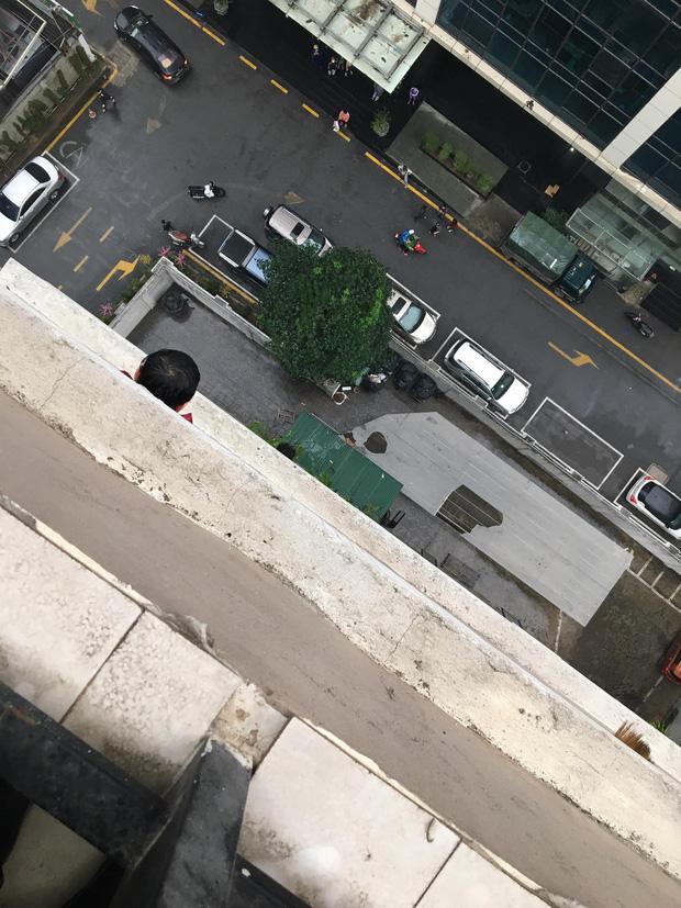 Thót tim clip bé gái 3 tuổi ở Hà Nội trèo ra ban công tầng 12 rồi rơi xuống - Ảnh 3.