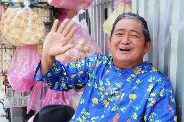 Gặp người cha khùng mặc áo dài nhảy múa trên đường phố Sài Gòn nuôi 3 đứa con ăn học: Mình có lường gạt ai đâu mà phải xấu hổ - Ảnh 12.