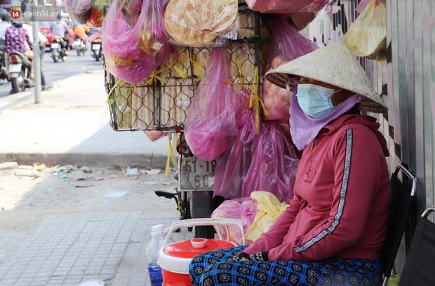 Gặp người cha khùng mặc áo dài nhảy múa trên đường phố Sài Gòn nuôi 3 đứa con ăn học: Mình có lường gạt ai đâu mà phải xấu hổ - Ảnh 4.