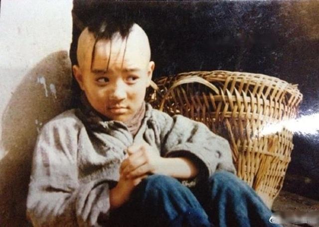 Cậu bé Tam Mao đình đám ngày ấy: Hồi bé học nhiều trường nổi tiếng, lớn lên sống chật vật, còn mắc bệnh lạ khiến ai cũng thương - Ảnh 1.