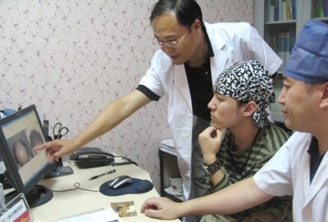 Cậu bé Tam Mao đình đám ngày ấy: Hồi bé học nhiều trường nổi tiếng, lớn lên sống chật vật, còn mắc bệnh lạ khiến ai cũng thương - Ảnh 6.