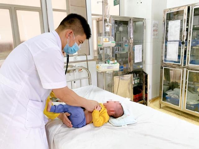 Rửa mũi nhầm bằng cồn 90 độ, bé 5 tháng tuổi bị bỏng niêm mạc: BS gửi lời cảnh báo cho tất cả các bố mẹ - Ảnh 1.