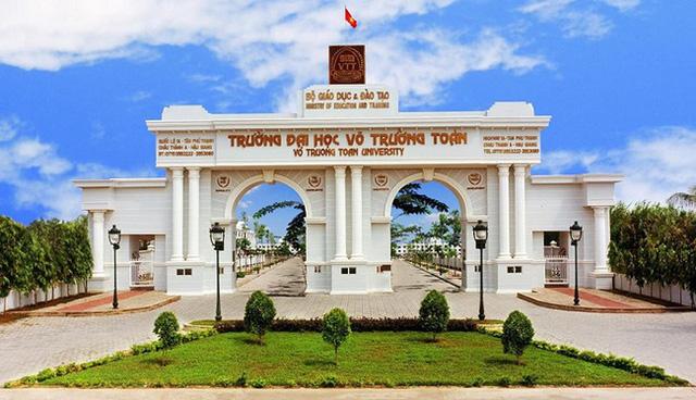 Nhìn qua tưởng khu du lịch nhưng hóa ra là... một trường đại học của Việt Nam: Toàn lâu đài trắng như bên trời Âu, bên trong có công viên giải trí hoàng tráng  - Ảnh 1.