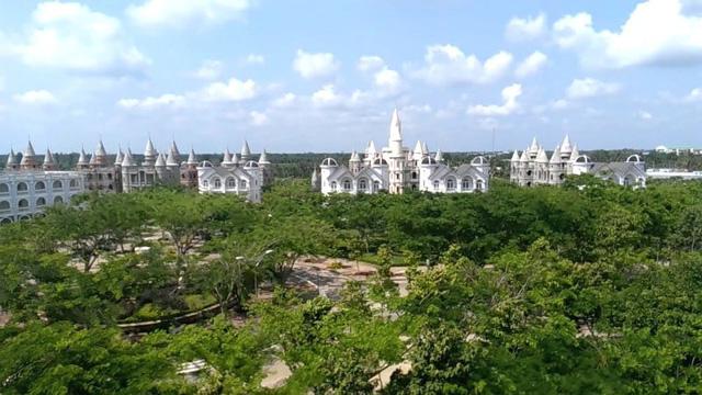 Nhìn qua tưởng khu du lịch nhưng hóa ra là... một trường đại học của Việt Nam: Toàn lâu đài trắng như bên trời Âu, bên trong có công viên giải trí hoàng tráng  - Ảnh 2.