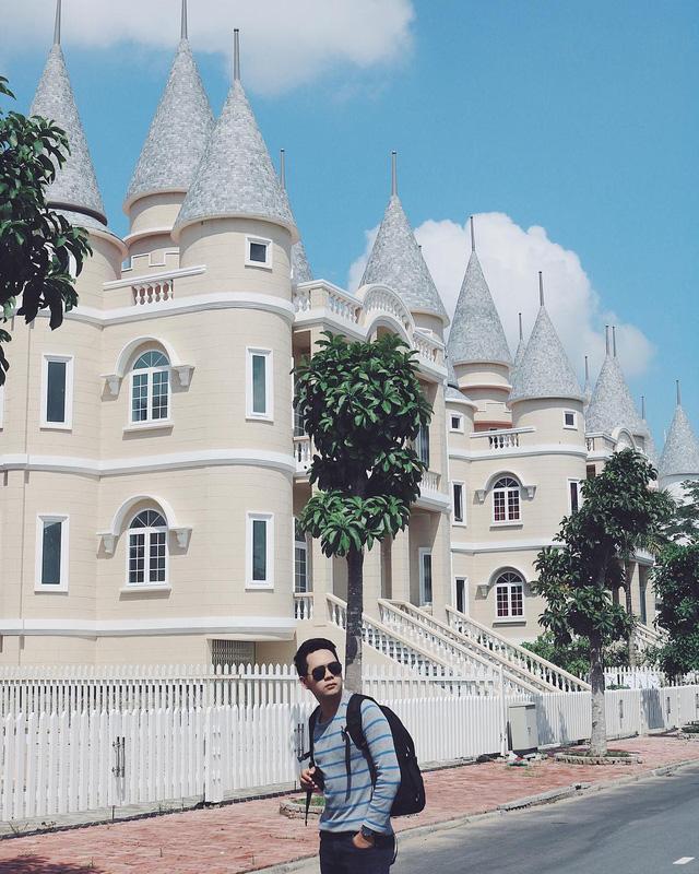 Nhìn qua tưởng khu du lịch nhưng hóa ra là... một trường đại học của Việt Nam: Toàn lâu đài trắng như bên trời Âu, bên trong có công viên giải trí hoàng tráng  - Ảnh 11.