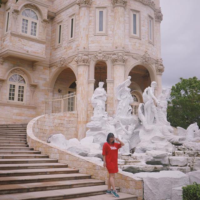 Nhìn qua tưởng khu du lịch nhưng hóa ra là... một trường đại học của Việt Nam: Toàn lâu đài trắng như bên trời Âu, bên trong có công viên giải trí hoàng tráng  - Ảnh 12.