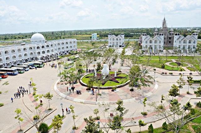 Nhìn qua tưởng khu du lịch nhưng hóa ra là... một trường đại học của Việt Nam: Toàn lâu đài trắng như bên trời Âu, bên trong có công viên giải trí hoàng tráng - Ảnh 3.