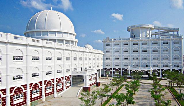 Nhìn qua tưởng khu du lịch nhưng hóa ra là... một trường đại học của Việt Nam: Toàn lâu đài trắng như bên trời Âu, bên trong có công viên giải trí hoàng tráng  - Ảnh 4.