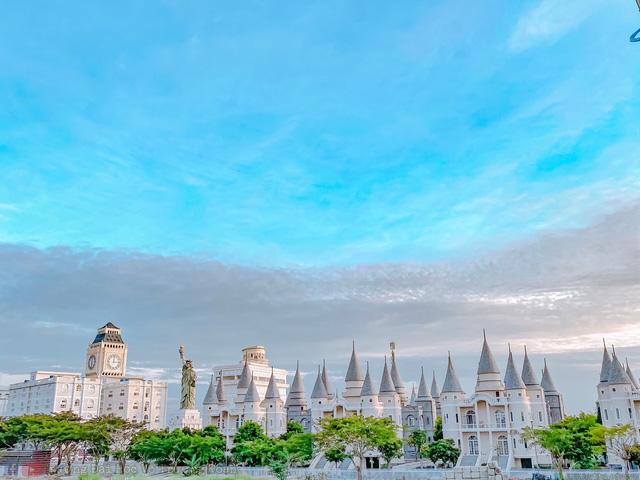 Nhìn qua tưởng khu du lịch nhưng hóa ra là... một trường đại học của Việt Nam: Toàn lâu đài trắng như bên trời Âu, bên trong có công viên giải trí hoàng tráng  - Ảnh 5.
