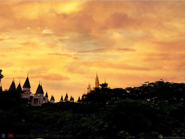 Nhìn qua tưởng khu du lịch nhưng hóa ra là... một trường đại học của Việt Nam: Toàn lâu đài trắng như bên trời Âu, bên trong có công viên giải trí hoàng tráng - Ảnh 8.
