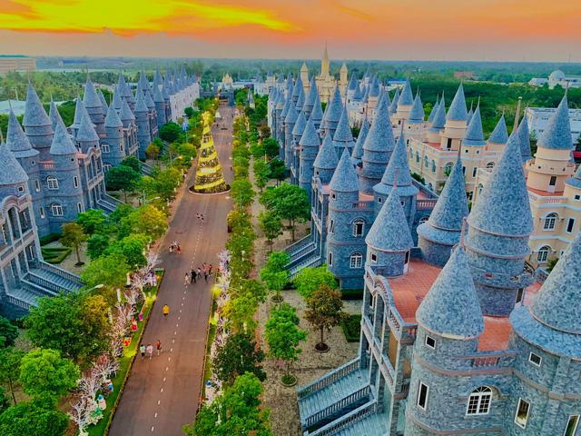 Nhìn qua tưởng khu du lịch nhưng hóa ra là... một trường đại học của Việt Nam: Toàn lâu đài trắng như bên trời Âu, bên trong có công viên giải trí hoàng tráng  - Ảnh 10.