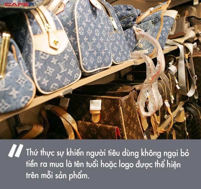 Bỏ ra cả đống tiền để sắm túi Chanel hay áo Gucci, rốt cuộc chúng ta đang mua cái gì từ các thương hiệu xa xỉ? Câu trả lời nằm ngoài dự kiến của người thường  - Ảnh 2.