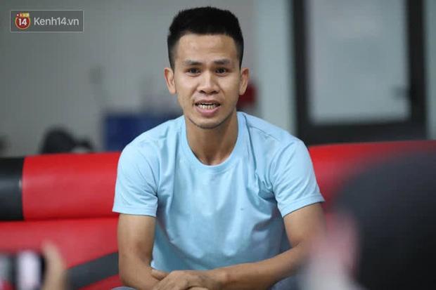 Một clip góc khác cho thấy Nguyễn Ngọc Mạnh đã vất vả và nỗ lực đến thế nào khi cố gắng cứu em bé - Ảnh 5.