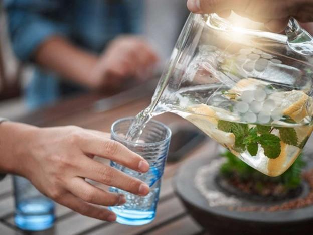 4 thời điểm uống nước nguy hiểm mà người Việt cần bỏ ngay kẻo làm hại tim, hại ruột và tăng huyết áp - Ảnh 1.