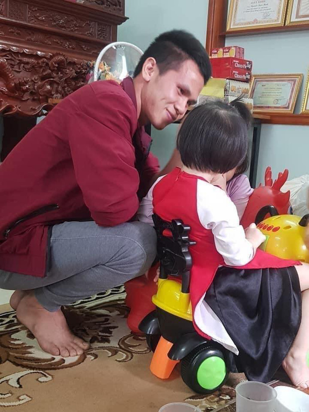 Rưng rưng khoảnh khắc bé gái rơi lầu 12 lần đầu gặp mặt anh Nguyễn Ngọc Mạnh: Con chào bố Mạnh, con cảm ơn bố - Ảnh 1.