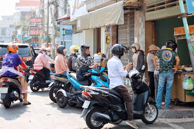 Hàng bánh tiêu CHẢNH nhất Việt Nam - mua được hay không là do nhân phẩm, dù chưa kịp mở cửa đã chính thức hết bánh khiến cả Vũng Tàu tới Sài Gòn phải xôn xao!  - Ảnh 1.