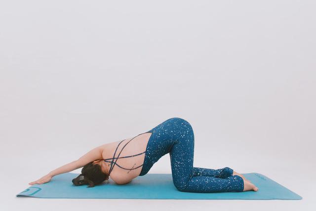 Cô gái vàng Yoga VN: Bài tập dành cho người bị đau vai gáy, muốn hết bệnh thì tập luôn và ngay - Ảnh 2.
