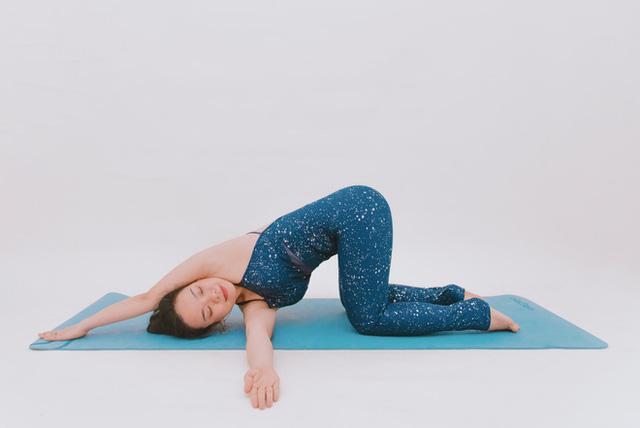 Cô gái vàng Yoga VN: Bài tập dành cho người bị đau vai gáy, muốn hết bệnh thì tập luôn và ngay - Ảnh 3.