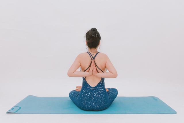 Cô gái vàng Yoga VN: Bài tập dành cho người bị đau vai gáy, muốn hết bệnh thì tập luôn và ngay - Ảnh 5.