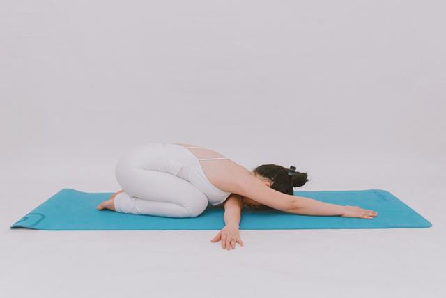 Cô gái vàng Yoga VN: Bài tập dành cho người bị đau vai gáy, muốn hết bệnh thì tập luôn và ngay - Ảnh 8.