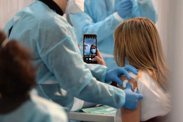 Nước Mỹ chia cắt vì trào lưu selfie tiêm vaccine: Người ủng hộ, kẻ phẫn nộ tột độ - Ảnh 1.