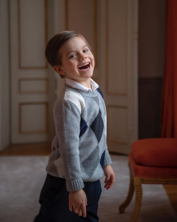 Hoàng gia Thụy Điển chia sẻ hình ảnh dịp sinh nhật 5 tuổi con trai Thái tử, ai cũng phải xuýt xoa vì thần thái hơn người của những đứa trẻ kế vị - Ảnh 1.
