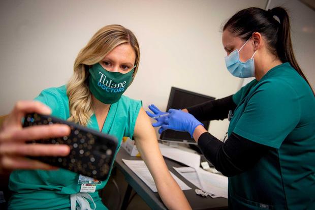Nước Mỹ chia cắt vì trào lưu selfie tiêm vaccine: Người ủng hộ, kẻ phẫn nộ tột độ - Ảnh 3.