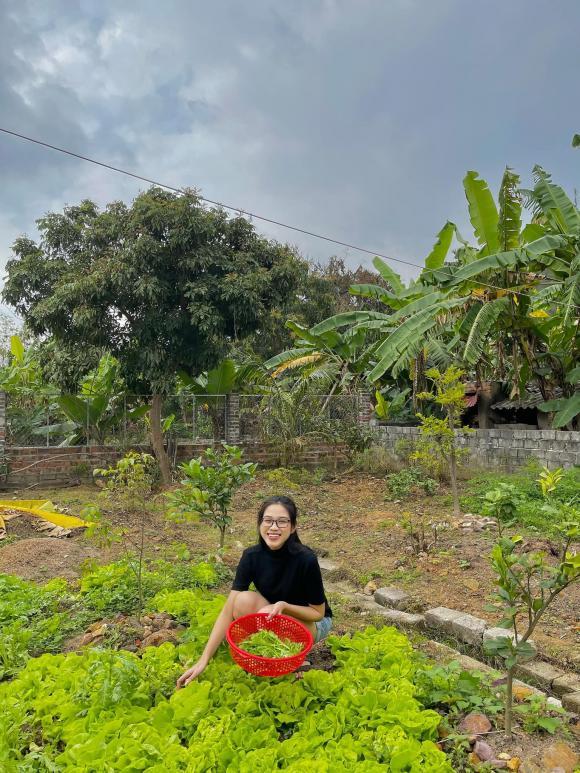 Thăm khu vườn ngập cây trái của Hoa hậu ăn mặc giản dị ngay cả khi đã đăng quang, về quê là chạy ngay ra vườn chụp ảnh check in - Ảnh 5.