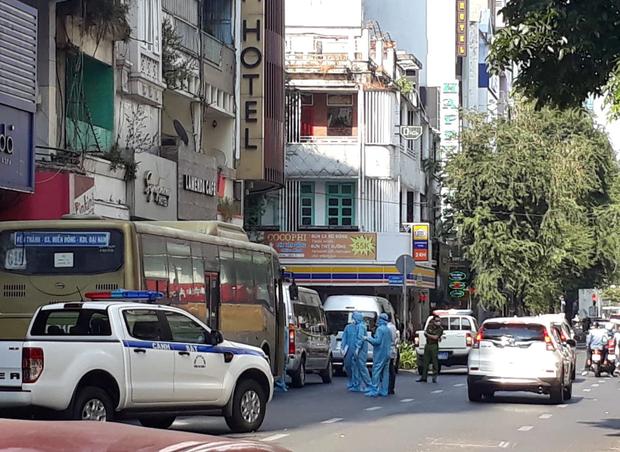 Phát hiện 35 người Trung Quốc nghi nhập cảnh trái phép tại khách sạn trung tâm Sài Gòn - Ảnh 2.