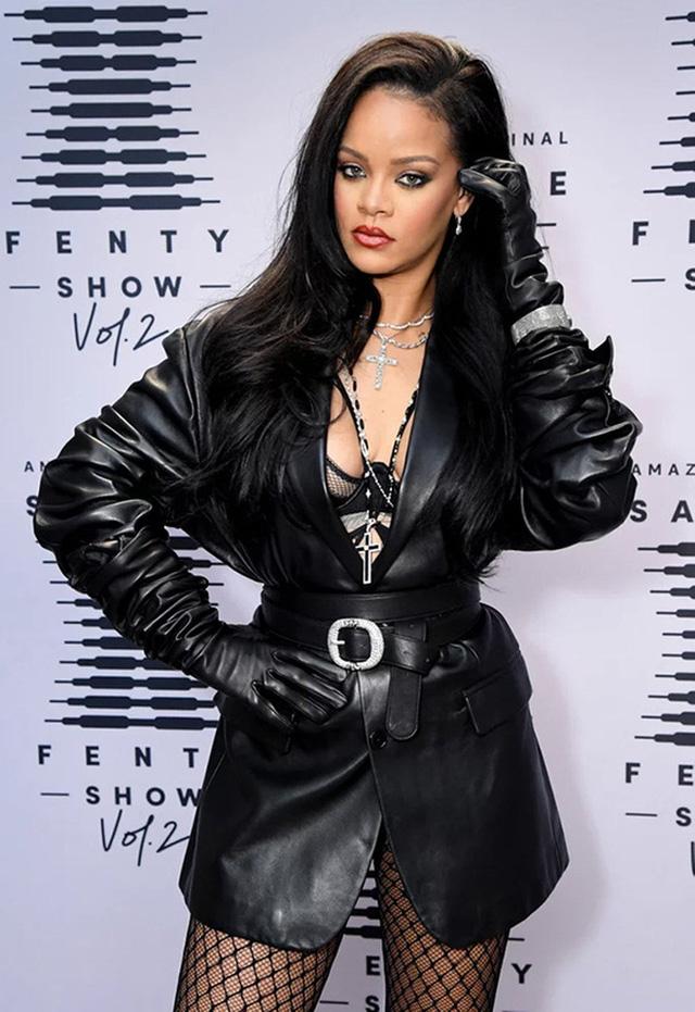 Nữ ca sĩ giàu bậc nhất thế giới - Rihanna: Trưởng thành từ tuổi thơ ngập trong bạo lực, làm khuynh đảo giới thời trang rồi trở thành biểu tượng nữ doanh nhân đáng ngưỡng mộ  - Ảnh 1.