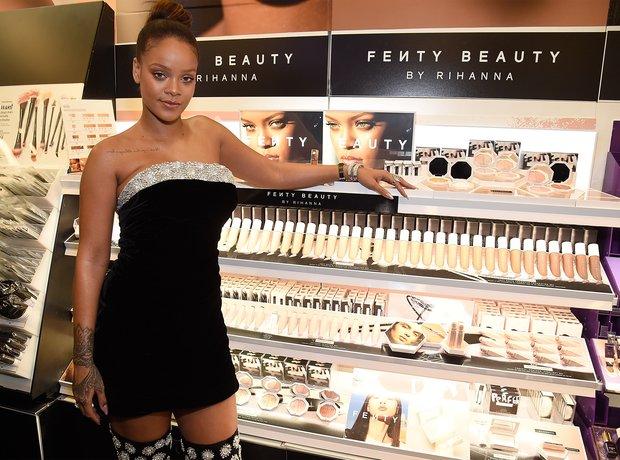Nữ ca sĩ giàu bậc nhất thế giới - Rihanna: Trưởng thành từ tuổi thơ ngập trong bạo lực, làm khuynh đảo giới thời trang rồi trở thành biểu tượng nữ doanh nhân đáng ngưỡng mộ  - Ảnh 4.
