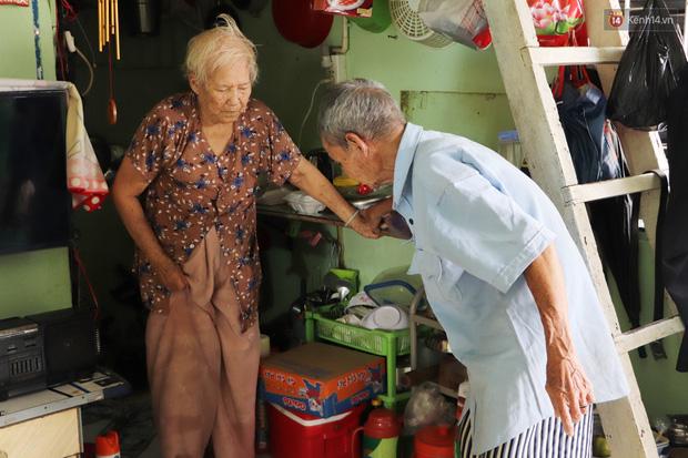 60 năm làm vợ chồng, ông vẫn giặt đồ, tắm gội cho bà lúc ốm đau, bệnh tật: Tui không có con, cả đời này có mình bả thôi - Ảnh 1.
