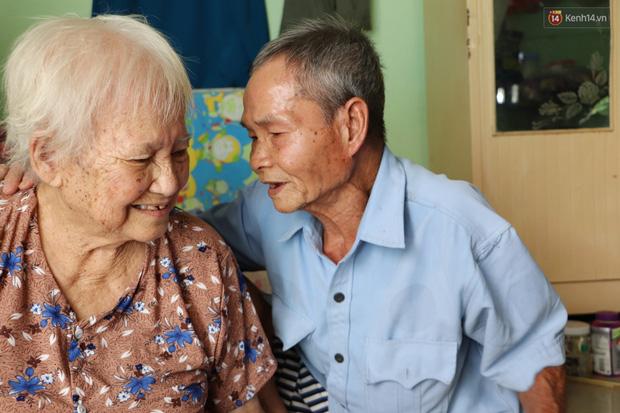 60 năm làm vợ chồng, ông vẫn giặt đồ, tắm gội cho bà lúc ốm đau, bệnh tật: Tui không có con, cả đời này có mình bả thôi - Ảnh 2.