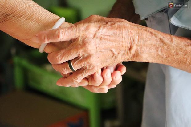 60 năm làm vợ chồng, ông vẫn giặt đồ, tắm gội cho bà lúc ốm đau, bệnh tật: Tui không có con, cả đời này có mình bả thôi - Ảnh 6.