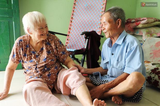 60 năm làm vợ chồng, ông vẫn giặt đồ, tắm gội cho bà lúc ốm đau, bệnh tật: Tui không có con, cả đời này có mình bả thôi - Ảnh 10.