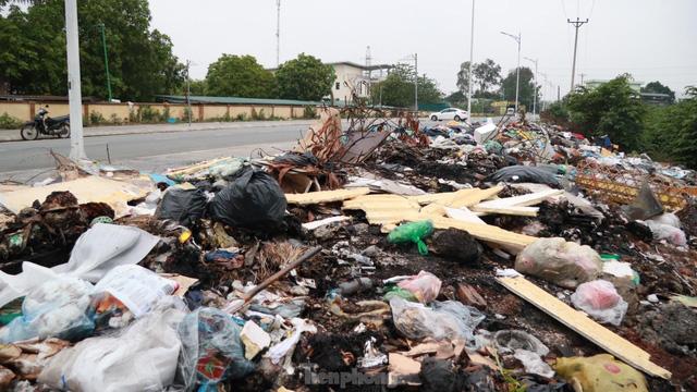 Bãi rác tự phát khổng lồ kéo dài trên đoạn đường trăm tỷ ở Hà Nội - Ảnh 2.