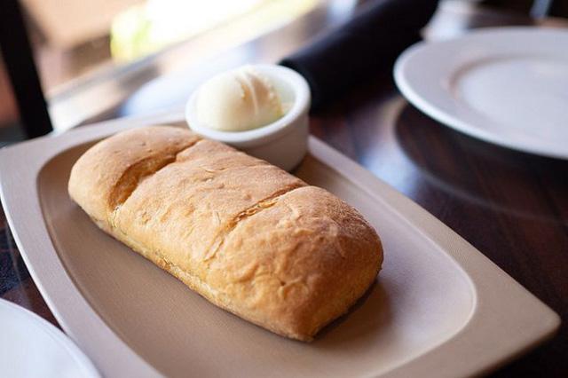 Vì sao nhiều nhà hàng thường tặng bánh mì miễn phí cho khách, biết đáp án sẽ khiến bạn ngã ngửa - Ảnh 1.