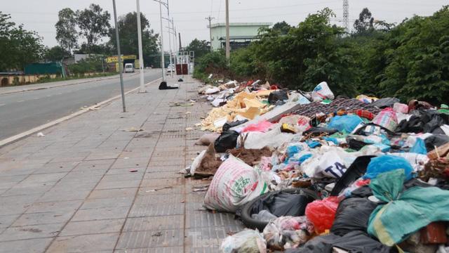 Bãi rác tự phát khổng lồ kéo dài trên đoạn đường trăm tỷ ở Hà Nội - Ảnh 3.