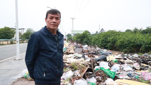 Bãi rác tự phát khổng lồ kéo dài trên đoạn đường trăm tỷ ở Hà Nội - Ảnh 4.