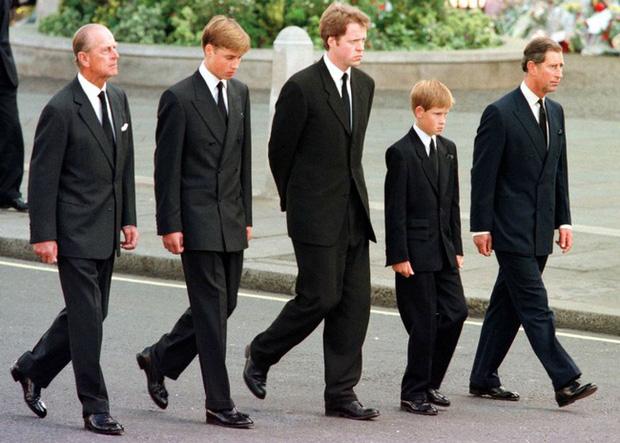 Bức ảnh được dân mạng lan truyền rộng rãi cho thấy tình cảm đặc biệt của Hoàng tế Philip với Hoàng tử William và Harry, một cử chỉ nói lên tất cả - Ảnh 1.