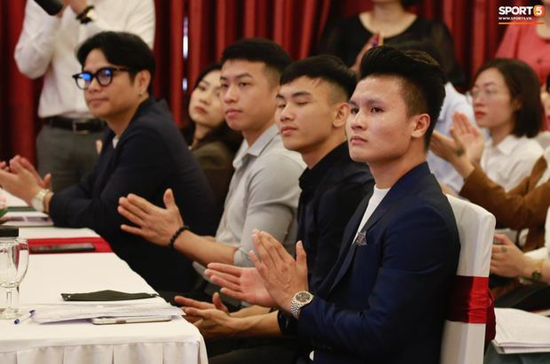 Quang Hải bảnh bao dự lễ khai giảng tại Đại học Quốc gia Hà Nội, sắp thành cử nhân ngành Quản trị Kinh doanh - Ảnh 1.
