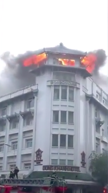 [Clip] Khách sạn Đồng Khánh ở Sài Gòn bốc cháy trong cơn mưa lớn - Ảnh 1.