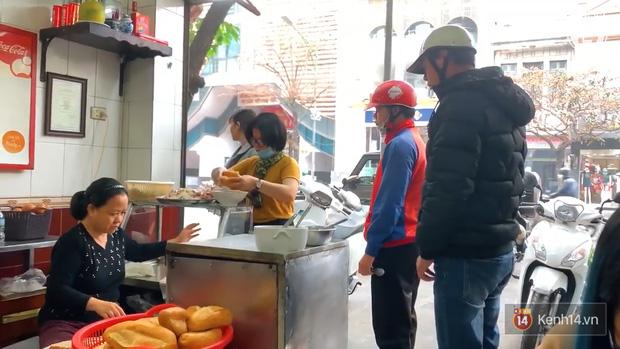 Hàng bánh mì kiêu chảnh nhất Hà Nội nhưng khách xếp hàng nườm nượp: Có gì mà hot quá vậy? - Ảnh 8.