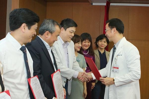 Một bác sĩ công tác lâu năm ở Bệnh viện Bạch Mai chia sẻ lý do nghỉ việc - Ảnh 2.